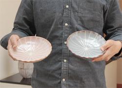紅・鼠志野十草文輪花皿の写真